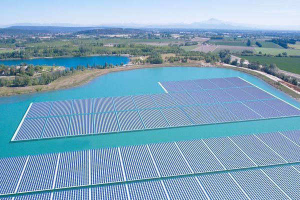 La centrale de Piolenc, dans le Vaucluse, devrait être opérationnelle en août. C'est la première centrale photovoltaïque de France et la plus puissante d'Europe.
