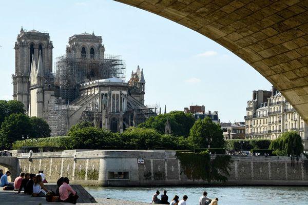 La cathédrale Notre-Dame de Paris vue des bords de Seine, fin mai, en cours de réparation après l'incendie du 15 avril.