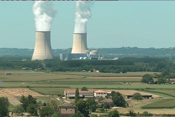 La centrale nucléaire de Golfech est implantée sur la commune de Golfech dans le département de Tarn-et-Garonne en région Occitanie, en bordure de la Garonne et en aval du confluent du Tarn entre Toulouse (75 km en amont), Agen (20 km en aval), Montauban (40 km à l'ouest) et Valence d'Agen (à 2,5 km du centre-ville).
