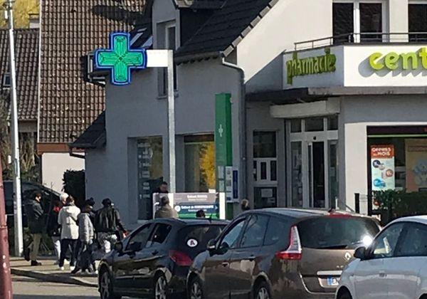 Devant les pharmacies, les gens attendent de pouvoir entrer. Les portes de l'officine restent grandes ouvertes et c'est un client à la fois.