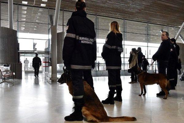 Des patrouilles de sécurité à l'aéroport international de Roissy le 23 mars 2016 après les attentats de Bruxelles.