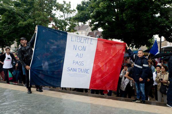 Des manifestants opposés au pass sanitaire, samedi 24 juillet 2021 à dijon (Côte-d'Or).