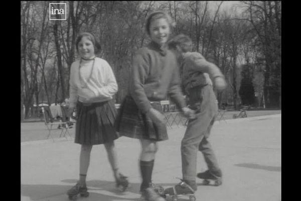 Jeux d'enfants au printemps dans le Parc de la Pépinière à Nancy (Meurthe-et-Moselle), en 1964.