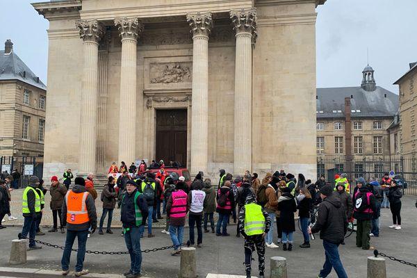 Le groupe de manifestants devant la préfecture à Rouen