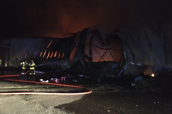 Le hangar a plié suite à l'incendie.