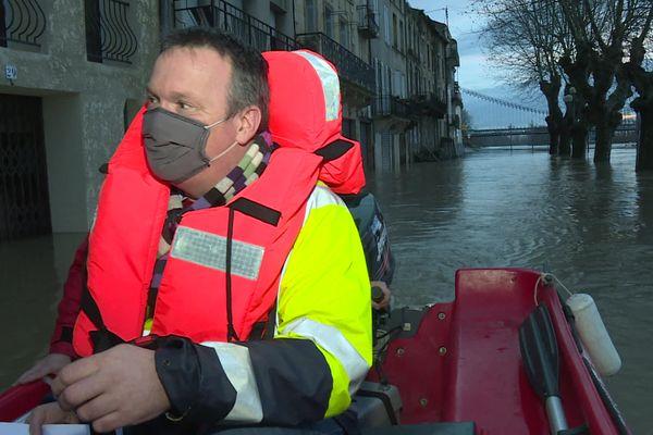 Après le passage de la tempête Justine le 2 et le 3 février 2021, la Garonne a débordé à La Réole, en Gironde, le maire doit se déplacer en bateau dans les rues de la commune.