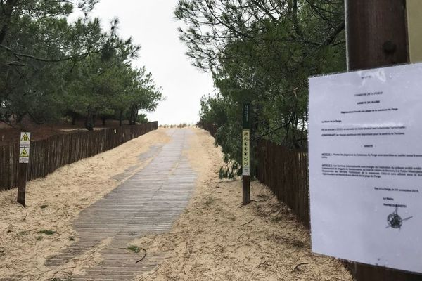 Un panneau interdit l'accès à la plage du Porge, en Gironde, après la découverte de ballots de cocaïne échoués sur le littoral depuis plusieurs jours.