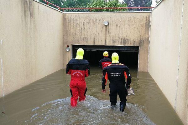 À Liffré, les pompiers en intervention dans un parking inondé suite aux orages de ce lundi 4 juin