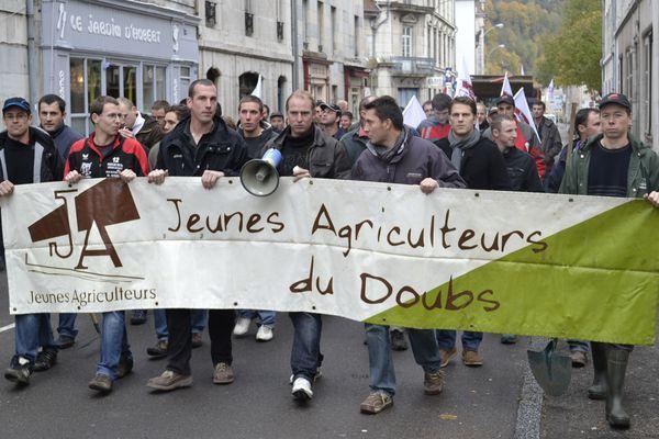 Ils étaient près de 50 Jeunes Agriculteurs à converger à 10h30 vers la Préfecture de Région à Besançon.