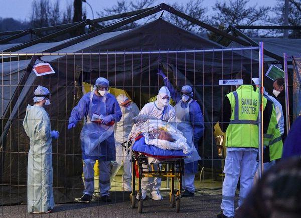 L'un des malades mulhousiens en cours d'évacuation depuis l'hôpital militaire de campagne installé pour faire face à l'épidémie.