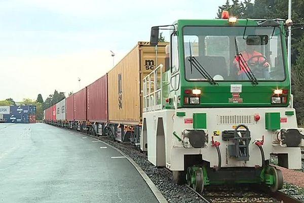 Vergèze (Gard) - la liaison ferroviaire entre l'usine Perrier et Fos-sur-Mer - octobre 2018.