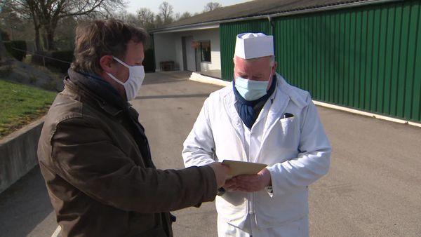 Un entrepreneur reçoit sa plaque de numérotation par le maire de Génelard
