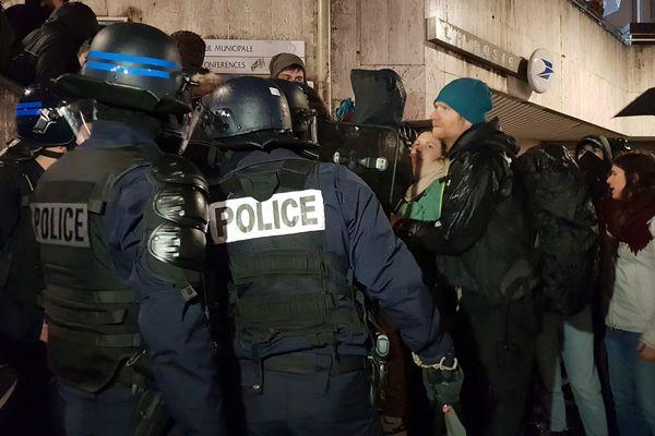 Une centaine de manifestants bloque l'accès au meeting d'Émilie Chalas, organisé à la maison du tourisme dans le cadre des élections municipales de Grenoble
