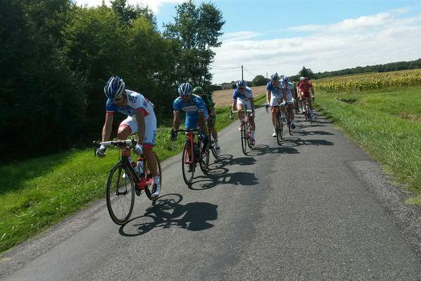 Le peloton mené par les coureurs de la FDJ derrière les quatre hommes de tête.