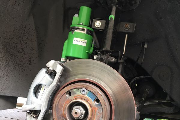 Ce boîtier aspire les particules émises par l'abrasion des disques lors du freinage.