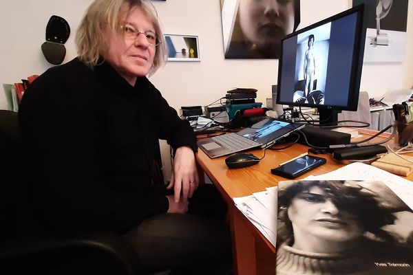 Yves Trémorin à sa table de travail