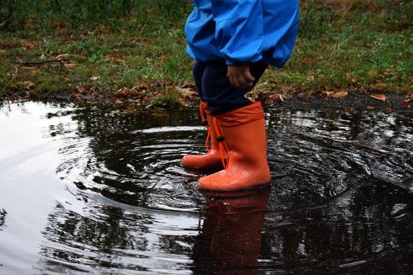 Des bottes en caoutchouc pour faire des ronds dans l'eau