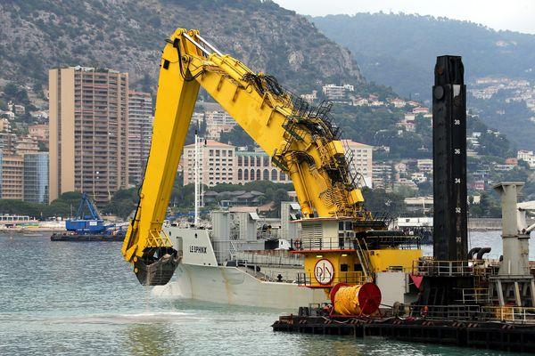Travaux en principauté de Monaco dans l'anse du Portier pour préparer le terrain sous-marin à l'extension en mer