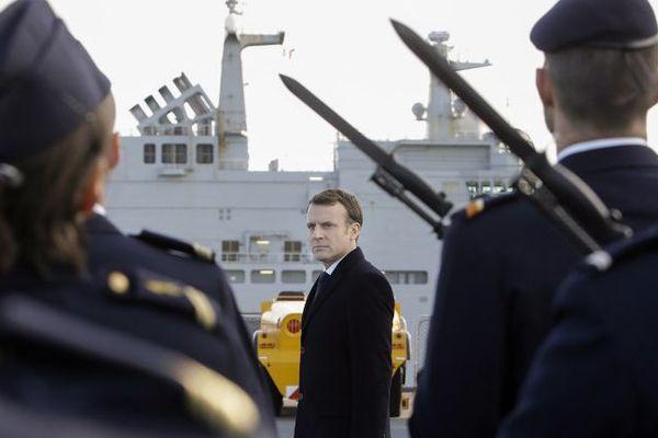 Le président de la république à bord du Mistral passe les troupes en revue.