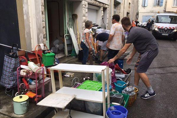 Les riverains des maisons inondés entament le nettoyage après les forts orages de la nuit du 8 septembre 2021.