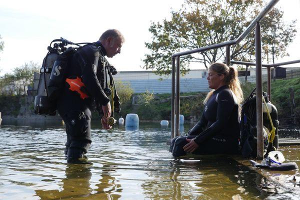 Dans son périple, elle fait un premier arrêt à La Roche Bleue, à Bécon-les-Granits pour s'initier à la plongée en compagnie de Jean-Pierre.