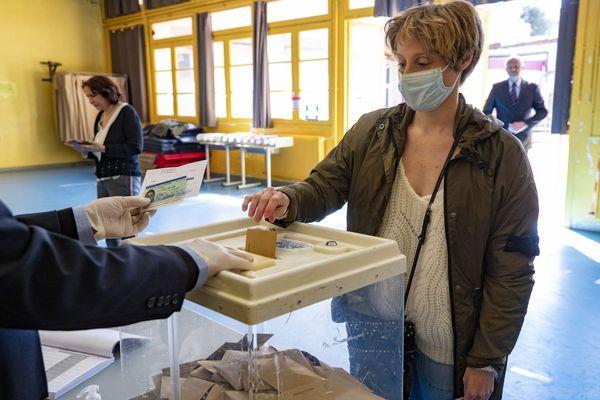 Tour de scrutin dans un bureau de vote avec des mesures sanitaires