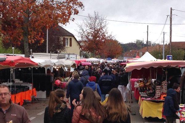 La foule se presse dans les rues de Habsheim