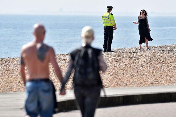 Un policier britannique effectuant un contrôle ce vendredi sur la plage de Brighton,dans le sud-est de l'Angleterre.