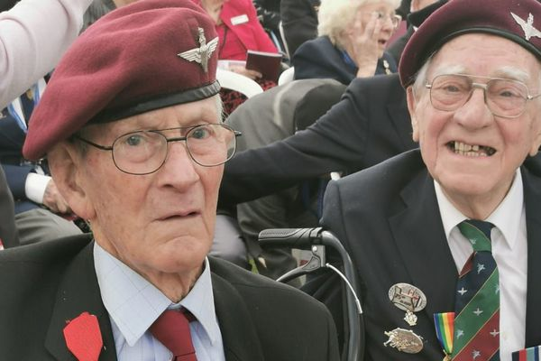 Johnny Johnston (à gauche) et Bob Stoodley (à droite) se sont retrouvés samedi 6 juin au cimetière de Ranville