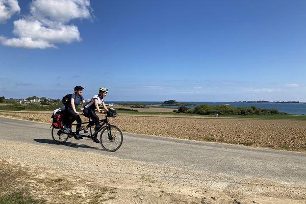 L'une voit l'autre non; réunis autour de la passion du vélo et des voyages, Clémence et Mathys vont parcourir en tandem 1500 km de Roscoff à Dunkerque.