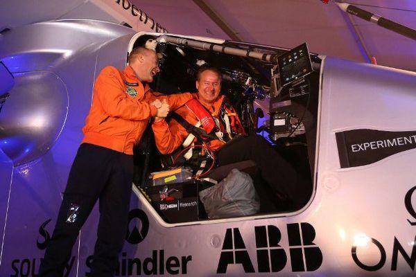 Solar Impulse 2 a décollé pour un tour du monde.