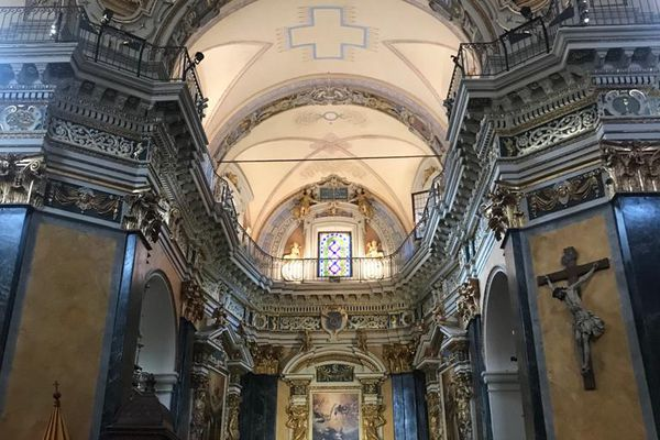 Cathédrale sainte Réparate à Nice : les anges se trouvent  à tous les étages dans les chapelles, au-dessus des colonnes, au-dessus des voutes et tout en haut près des fenêtres.