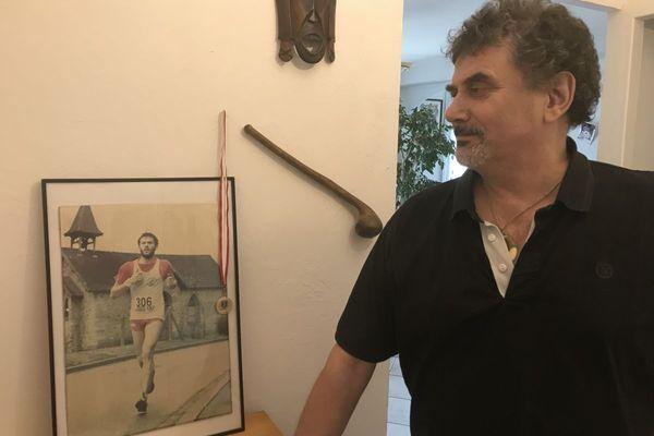 Après avoir gravi des sommets depuis sa cage d'escalier, Bernard Debesson se remémore sa jeunesse de sportif.