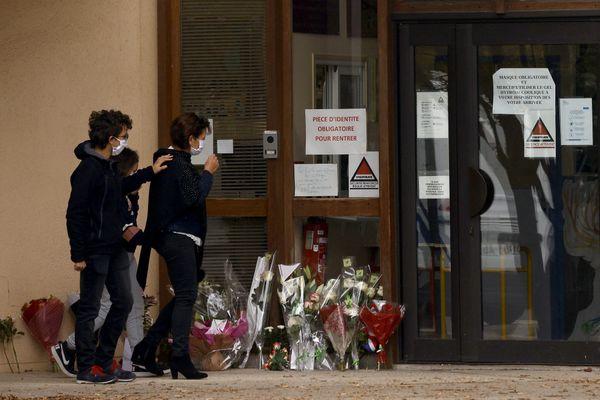 Des fleurs déposées devant le collège du Bois d'Aulne, où travaillait Samuel P., professeur décapité en pleine rue quelques jours après avoir montré des caricatures de Mahomet à ses élèves dans le cadre d'un cours.
