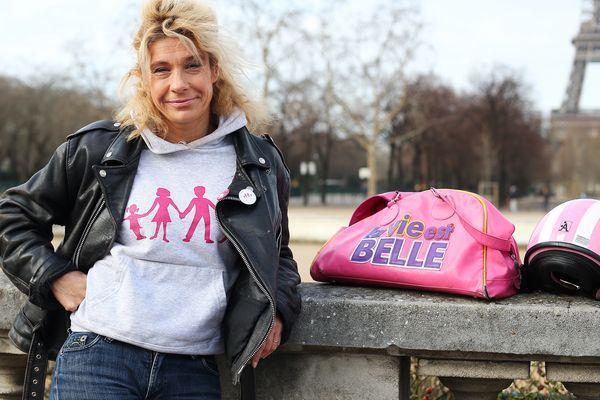 """La pasionaria de Benoît XVI appelle à manifester en """"bleu, blanc, rose"""" contre la proposition gouvernementale de mariage pour tous."""