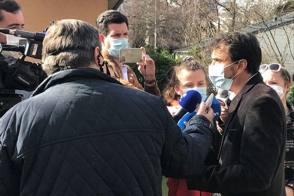 """Les polémiques suscitées par les décisions du nouveau maire de Lyon, Gregory Doucet, lui donnent un écho médiatique national utile pour """"marquer le changement""""."""