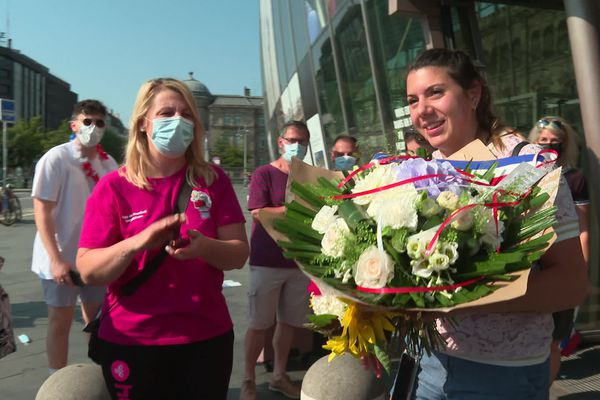 Applaudissements, slogans, fleurs... l'accueil réservé à Laura Flippes en gare de Strasbourg fut triomphal.