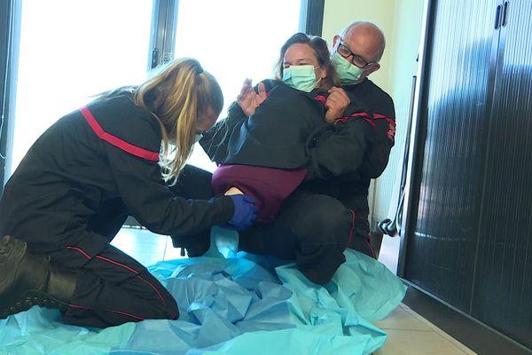 Les pompiers se prêtent à des jeux de rôles en formation pour apprendre les bons gestes en cas d'accouchement inopiné.