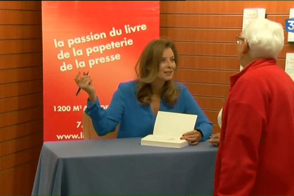 """Valérie Trierweiler dédicace """"Merci pour ce moment"""" récit autobiographique de sa vie avec le président de la République"""