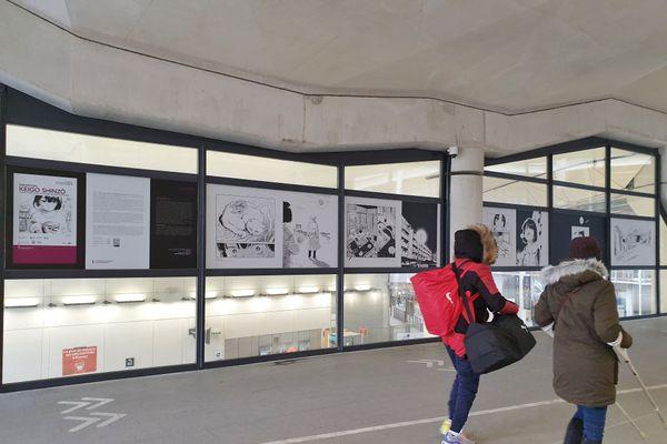 Les voyageurs peuvent notamment découvrir une exposition sur Keigo Shinzô à l'entrée nord de la gare de Rennes.