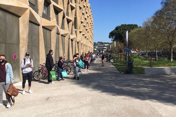Montpellier - les étudiants attendent la distribution de denrées alimentaires du CROUS, à bonne distance - 19 mars 2020.