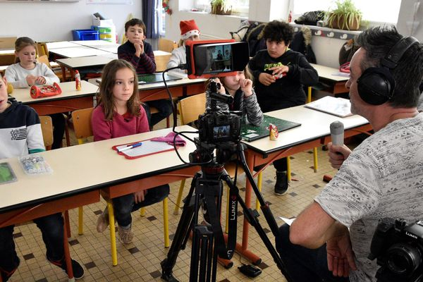 TV Loustics s'intéresse aux relations entre frères et soeurs avec les enfants de l'école Sources Vives d'Andrezé (49) commune déléguée de Beaupréau-en-Mauges