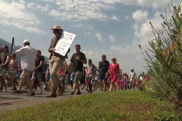 Environ 120 personnes ont commencé à déambuler dans les rues d'Albertville, au départ de la zone industrielle du Chiriac, à 11 heures.