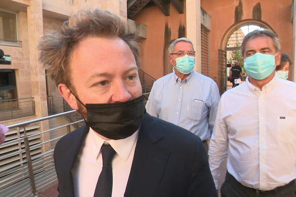 Les pilotes Bruno Odos et Pascal Fauret (en chemises blanches) arrivent au palais de justice d'Aix-en-Provence accompagnés de leur avocat, ce lundi 7 juin.