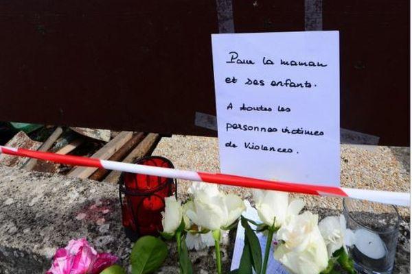Des fleurs et des mots ont été déposés devant le domicile de Chahinez D.