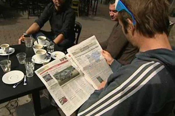Les Auvergnats se sont plongés dans la presse pour décrypter la nouvelle carte des régions voulue par François Hollande.