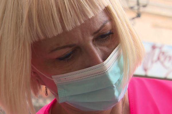 Hélène Boiron, présidente de Coiffure du cœur, en train de couper des cheveux d'une personne en difficulté.