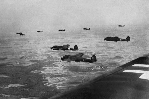 Des bombardiers allemands Heinkel He 111 en direction de l'Angleterre en 1940.