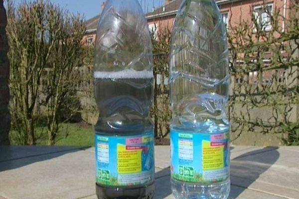 A gauche, l'eau trouble de la bouteille que Jacques L. a bue le 19 Février.