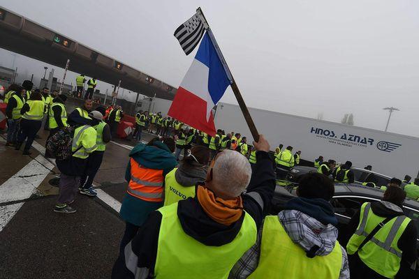 """Depuis le 17 novembre et le début de la mobilisation des gilets jaunes, les opérations """"péages gratuits"""" se sont multipliées. L'AREA, société qui gère ces péages a porté plainte pour entrave à la circulation. Ici au péage de Reventin sur l'A7 en Isère, le 24 novembre 2018."""